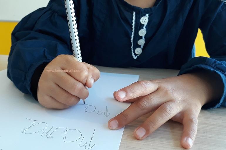 L'enseignement de l'écriture manuscrite se prépare dès la maternelle avec l'apprentissage d'une bonne tenue de crayon.