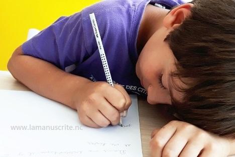 enfant mal installé pour écrire