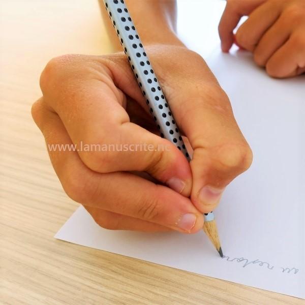 Crispation et pression excessive sur le corps du stylo ou sur la mine sont des causes évidentes d'une écriture douloureuse.